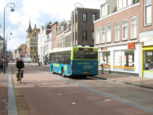 Ein straße in Haarlem, die Niederlande, die nur für Bussen in ein Fahrtrichtung ist, mit eine breite, getrennt Radweg dass in beiden Richtungen läuft.