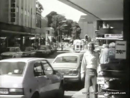 Eine Stadtzentrum Straße in Assen, den Niederlanden, in die 1970er. Viele Kraftfahrzeugen, durchgefahren und geparkt sind. Kraftfahrzeugen dominieren die Straße.