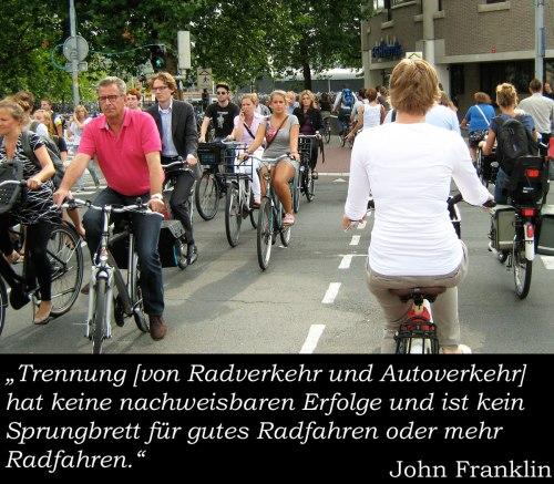 """Foto: Dutzende Radfaher'n am Hauptverkehrszeit in Utrecht. John Franklin: """"Trennung [von Radverkehr und Autoverkehr] hat keine nachweisbaren Erfolge und ist kein Sprungbrett für gutes Radfahren oder mehr Radfahren."""""""