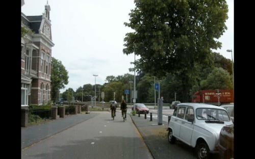 Eine bauliche getrennte Radweg in Utrecht, mit Radverkehr in beide Richtungen.